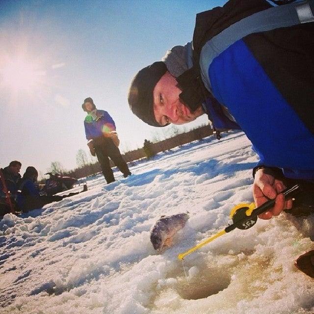 Gente pescando en Laponia