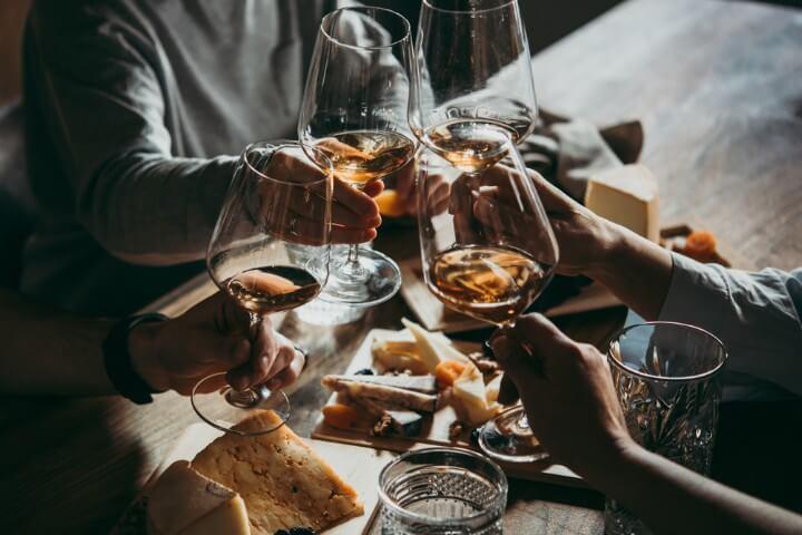 vinho e queijo em bolonha itália