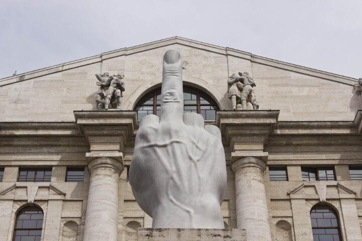 escultura de Cattelan na praça affari em milão - itália