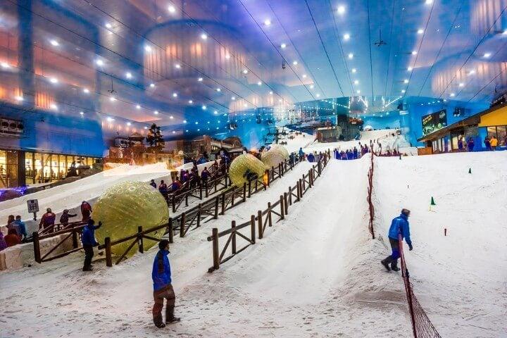 Esquiar en Ski Dubai na neve