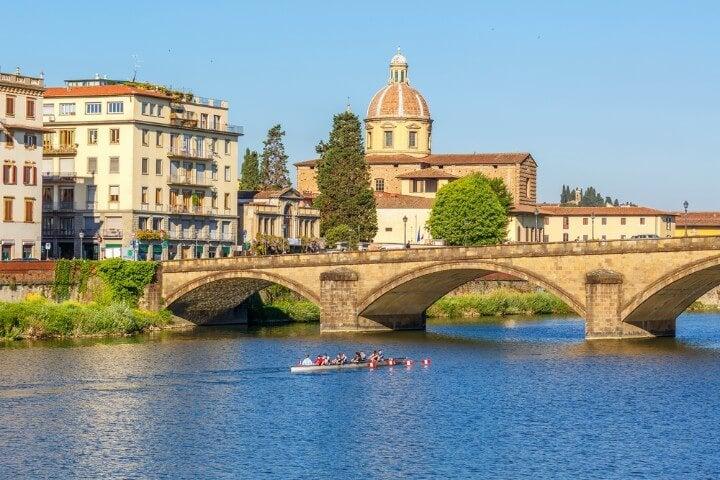 canoas no rio arno em florença - itália